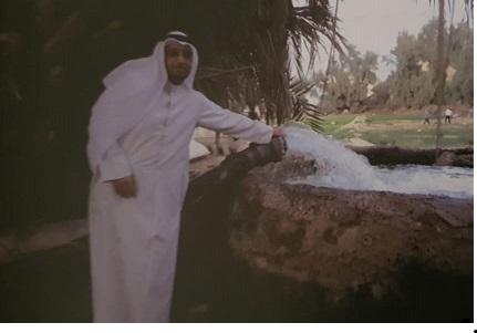 الباحث سعود عويض الديحاني فبي أحدى مزارع الفحيحيل القديمة