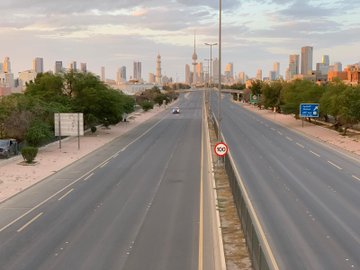 شوارع الكويت خالية من الحركة تطبيقا للحجز المنزلي تجنبا لوباء كورونا
