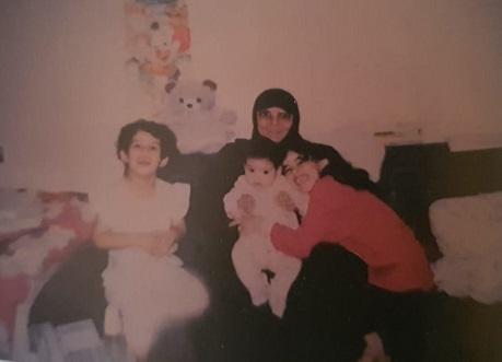 موضي العتيقي مع حفيداتها