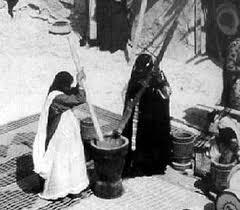 دق الهريس وطحنه مناسبة تتجمع حولها النسوة في الكويت قديما