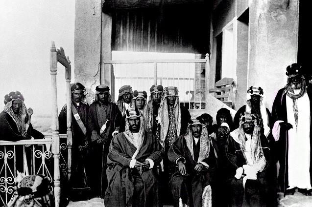 الشيخ مبارك في المنتصف وعن شماله الملك عبدالعزيز ال سعود 1910 م ( عدسة وليم شكسبير )