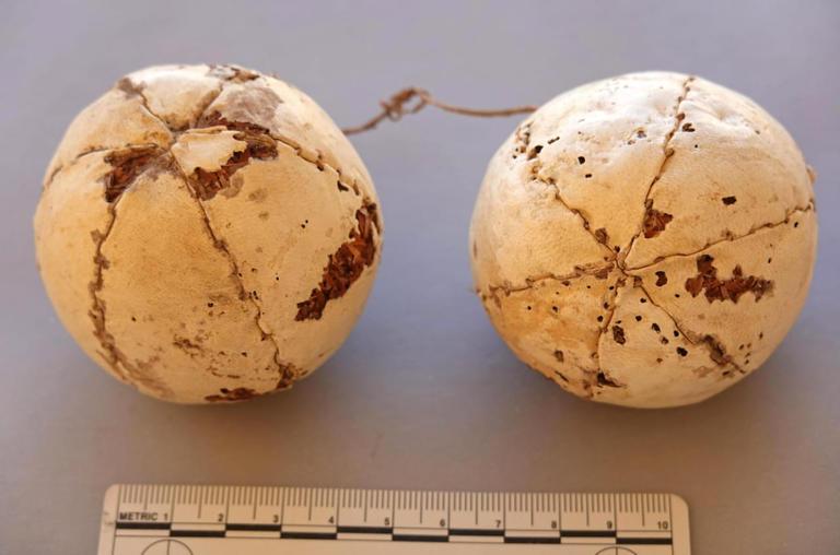 بكرات من الخيوط الجلدية عثر عليها في مقبرة فرعونية قبل 1600 عام من الميلاد