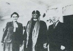 المعالج بالطب الشعبي أحمد الغانم يتوسط د .كالفرلي وزوجته أليانور في المستشفى ألأمريكاني عام 1935 م