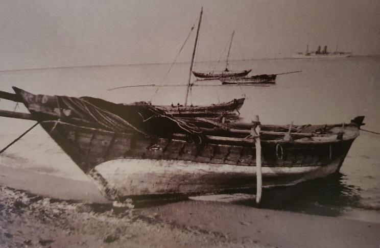 سفينة كويتية لصيد السمك ترسو على الشاطيء