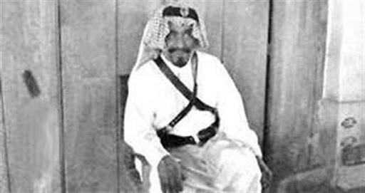 احد حراس الأسواق في الكويت قديما بالزي الرسمي