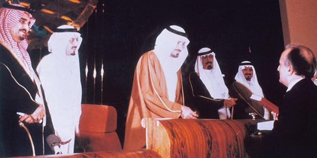 العاهل السعودي خالد يستقبل العالم فؤاد سزكين يرحمهما الله