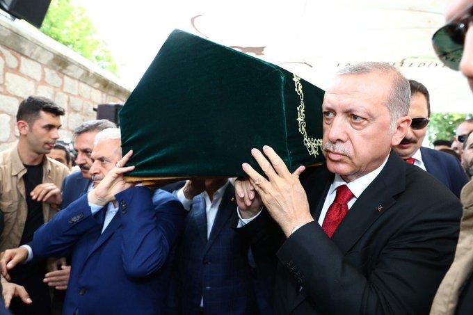 اردوغن يحمل جنازة العالم التركي فؤاد سزكين يرحمه الله