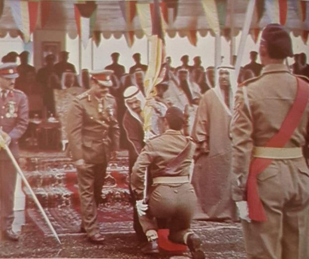 """الأمير الراحل صباح السالم يسلم احدى الوحدات العسكرية علمها الجديد وبجانبه وزير الدفاع الشيخ سعد العبدالله """"الأمير الوالد """" يرحمهم الله"""