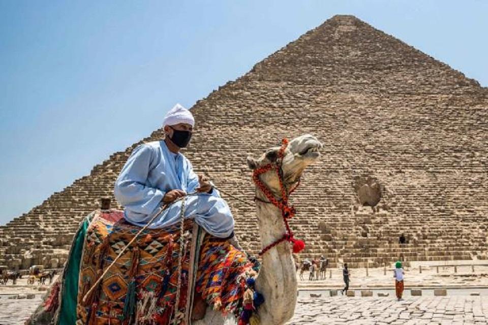 اهرامات مصر ...شيدت على أيدي كائنات فضائية !!