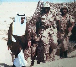 الأمير جابر الأحمد في جولة تفقدية للجيش قبل الغزو العراقي للكويت بإيام