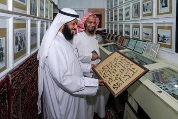 المسباح يطلع على نسخة من مخطوط قرآني ويبدو د . محمد الشيباني