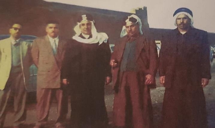 الوجيه محمد بن سليمان العقيل يتوسط أخوانه من يساره عبدالعزيز ، عقيل ، ومن يمينه أحمد ، إبراهيم