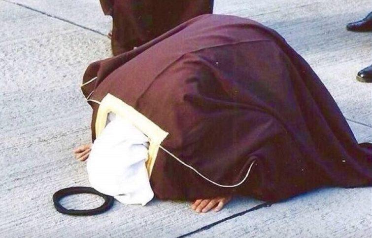 الأمير الراحل الشيخ جابر الأحمد يسجد شاكرا لله في مطار الكويت في أعقاب تحرير من الغزو العراقي