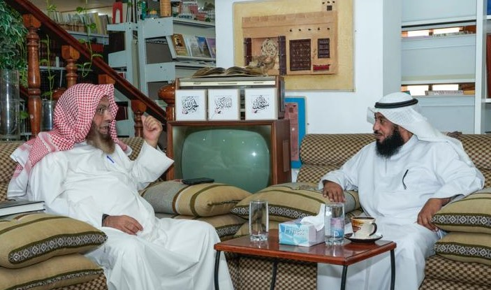 """جاسم المسباح """"يمين """" في زيارة للدكتور محمد الشيباني في مركز المخطوطات والتراث والوثائق"""