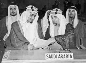 """حافظ وهبة """" يمينا """" والملك الراحل فيصل بن سعود يتدراسان وثيقة في أحدى المؤتمرات"""