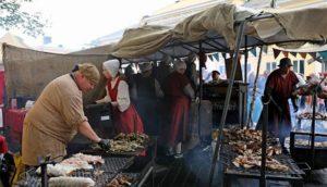 سوق تقليدي في اوربة يستلهم الأجواء والأزياء الكلاسيكية التاريخية