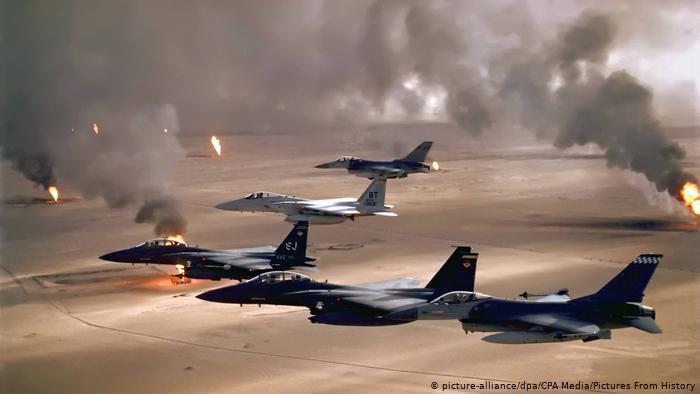 سرب من الطائرات العسكرية في سماء الكويت المظلمة بدخان حرائق اشعال آبار نفك الكويت عام 1990