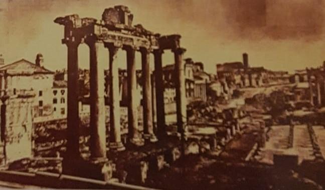 يقايا مجد قديم : اطلال الفوروم في رومة في عهد الأمبراطورية الرومانية المخصص لأجتماع مجلس الشيوخ ،وفي مؤخرة الصورة بقايا الكولوسوم