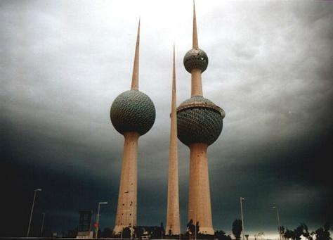 ابراج الكويت تغشوها الأدخنة المنبعثة من حرائق اشتعلتها القوات العراقية في آيار الكويت في حرب التحرير