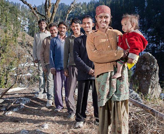 تحمل طفلها من أحد ازواجها الخمسة في التبت