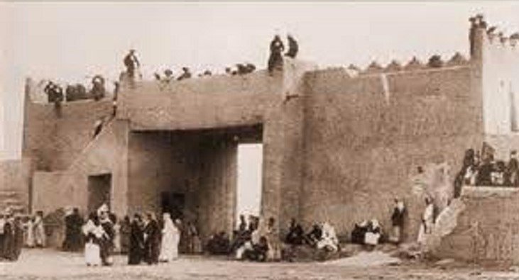 احدى بوابات السور الذي يحيط بمدينة الكويت قديما