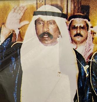 الأمير الوالد سعد العبدالله الصباح ويبدو خلفه في الصورة الأديب سعود غانم الجمران ،يرحمهما الله