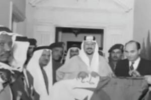 صورة نادرة للملك السعودي سعود بن عبدالعزيز- يرحمه الله - يستعرض العلم الجزائري في دعمه لنضاله ضد الاستعمار الفرنسي