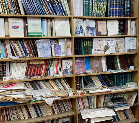 جانب من مكتبة سعود غانم الجمران واحتوت على ترجماته ومنشوراته وفنون الثقافة والأداب والعلوم المتنوعة