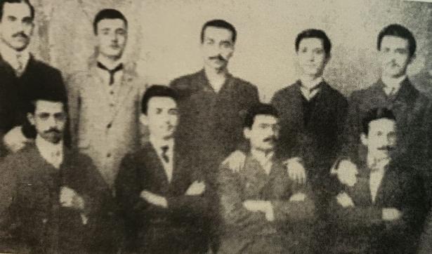 صورة المجموعة الأولى لتأسيس جمعية النهضة العربية ومحب الدين الخطيب كان من أوائل المؤسسين لها ، وهو في منتصف الصورة بالضبط