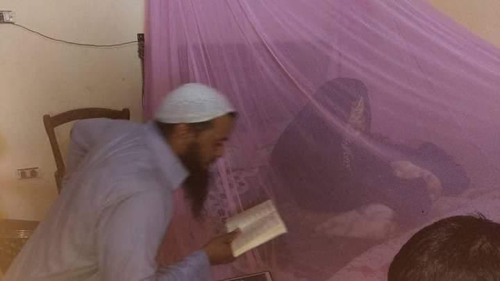 أحد طلبة العلم يتلقى علوم القرآن وتلاوته من الشيخة تناظر النجولي - يرحمها الله