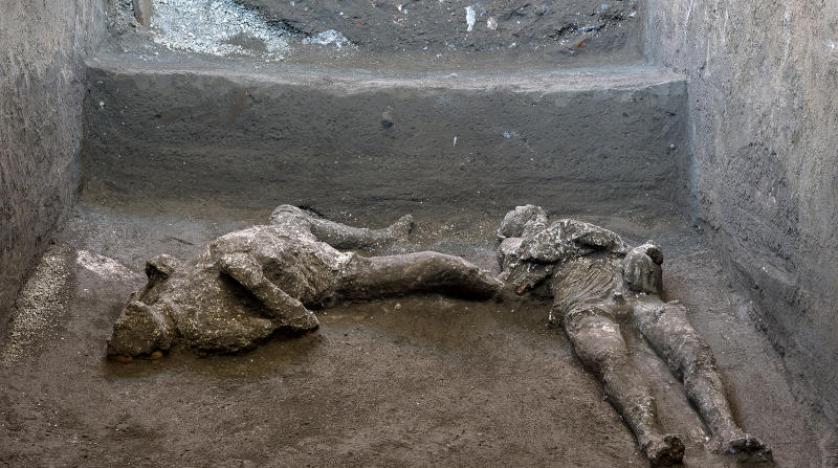 رفات شخصين قضيا في ثوران بركان فيزوف قبل نحو ألفي عام (د.ب.أ)