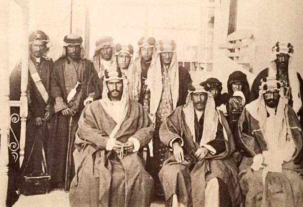 لقاء تاريخي يجمع الملك عبدالعزيز و أمير الكويت الشيخ مبارك الصباح من تصوير شكسبير 1910 م