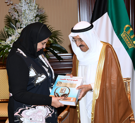 الأمير الراحل الشيخ صباح الأحمد - يرحمه الله - يطلع اهداء كتاب من د .سعاد الصباح