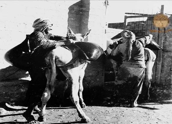 تولى الكنادرة حمل المياه على القرب وبيعها في احياء الكويت القديمة