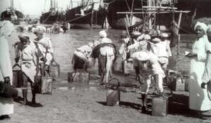 جلب المياه من المراكب القادمة من شط العرب إلى الكويت