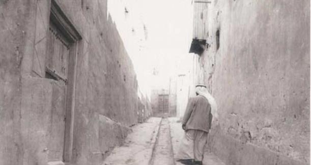 زقاق بين كويتية مبنية من الطين واللبن في مدينة الكويت القديمة