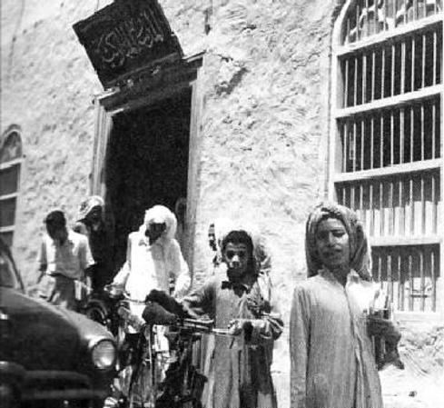 طلاب مدرسة المباركية في مدينة الكويت القديمة