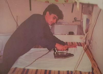 احد شباب اللجان الشعبية في كيفان يتولى كوي ملابس الزبائن بعد فرار العمالة ابان عزو العراق للكويت