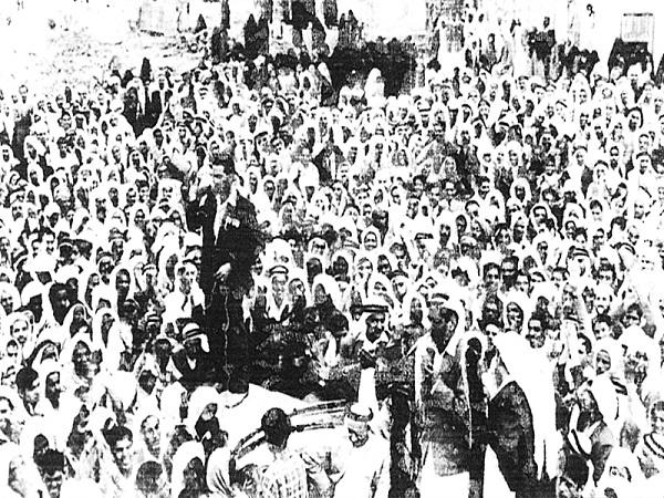 مظاهرات تعم الخليج نصرة شعب مصر في العدوان الثلاثي وفي الصورة احتجاجات شعبية بحرينة عام 1956