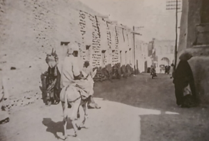 صورة تظهر بيوت الشيوخ على اليمين ومخازن الأوقاف يسارا في مدينة الكويت القديمة - كتاب معالم مدينة الكويت القديمة