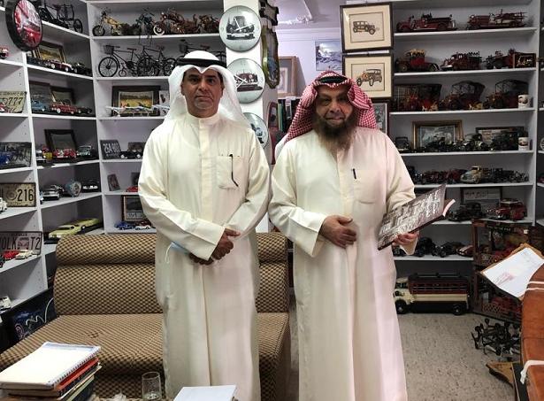 د محمد الشيباني (يمينا ) و م . صلاح الفاضل في متحف مركز المخطوطات والتراث والوثائق