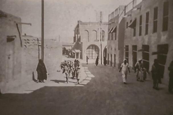 بيوت الشيوخ ومخازن الأوقاف وأقواس قصر السيف تظهر في الصورة - كتاب معالم مدينة الكويت القديمة