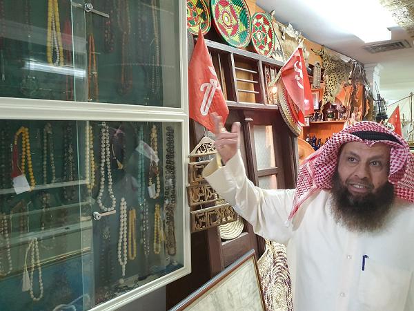 د . محمد بن إبراهيم الشيباني يستعرض أحد أركان متحف مركز المخطوطات والتراث والوثائق