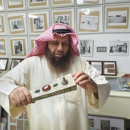 د. محمد بن إبراهيم الشيباني يستعرض محبرة أثرية من مقتنيات مركز المخطوطات والتراث والوثائق