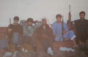 شباب المقاومة الكويتية المسلحة في كيفان في استراحة لجولة جديدة مع المحتل العراقي عام 1990