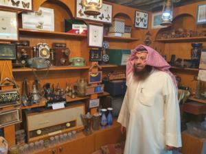 د محمد الشيباني في متحف الاجهزة الكهربائية القديمة في مركز المخطوطات والتراث