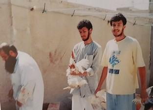 شباب من منطقة كيفان يهتمون بالتموين الغذائي فيما يبدو الداعية حسن الكندري يسارا - يرحمه الله