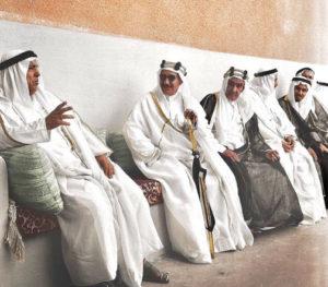 """الأمير عبدالله السالم ( الأول يسار) وأسرة الصباح الكرام في انتظار التهنئة بعيد الفطر عام 1961 """"دروازة """""""