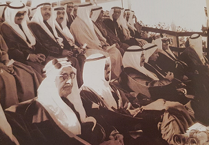 لقطة نادرة لأصحاب السمو امراء الكويت السابقين وكبار الأسرة والشخصيات - يرحمهم الله