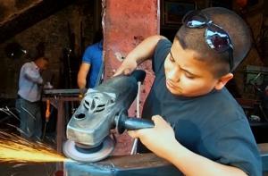 صغار يعملون في وظائف شاقة لاكتساب خبرة في صغرهم واعالة ذويهم